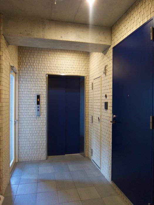 AZUR JOSAI 4B   外観・共用 青が美しい4階エントランス。2
