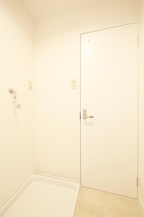 【TOMEI BASE】202号室_水周り_室内洗濯機置き場・トイレのドア_MG_1428