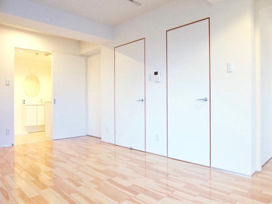 Room: N) AZUR JOSAI 4B  11帖のLDK 扉の木枠が効いています♪12