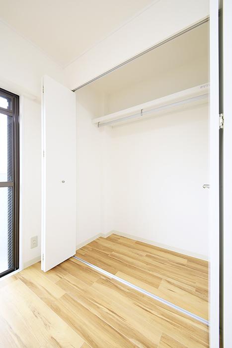 【TOMEI BASE】202号室_ベッドルームの収納_MG_1709