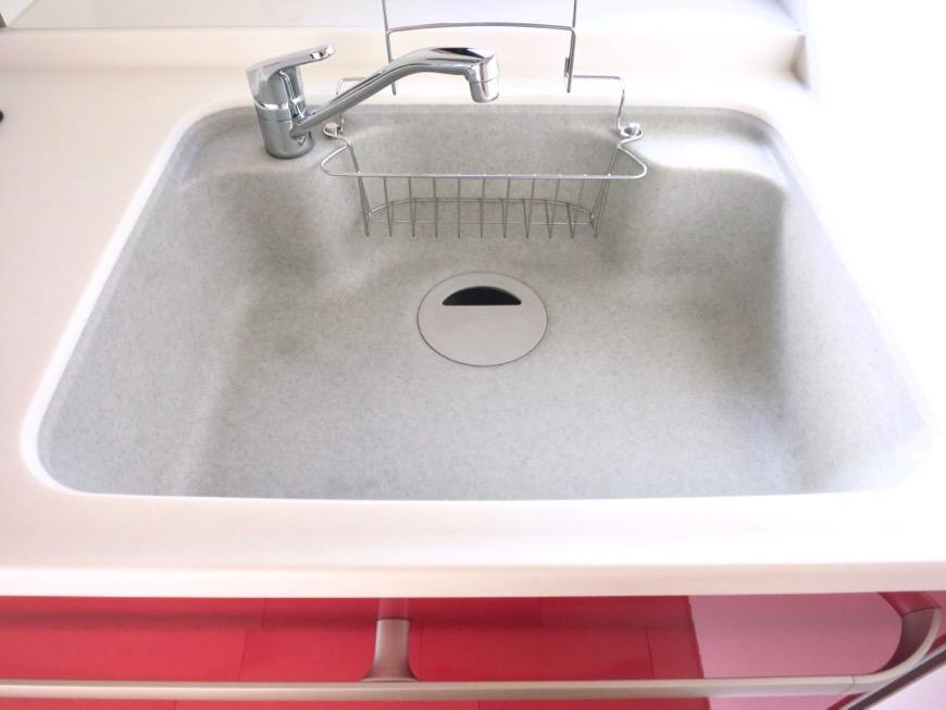 Room: N) AZUR JOSAI 4B 赤くてきれいなキッチン台 グリルつき2口コンロと大きめシンクです。3