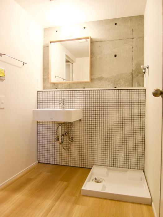 白壁ふたば荘 Atype/Ctype 共通サニタリールーム コンクリ、木目、タイル・・・異質の素材がそれぞれを引き出すあっています。