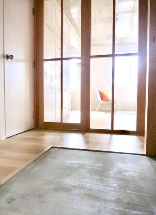 白壁ふたば荘 Ctype G号室 土間玄関の向こうには木目の優しい扉。