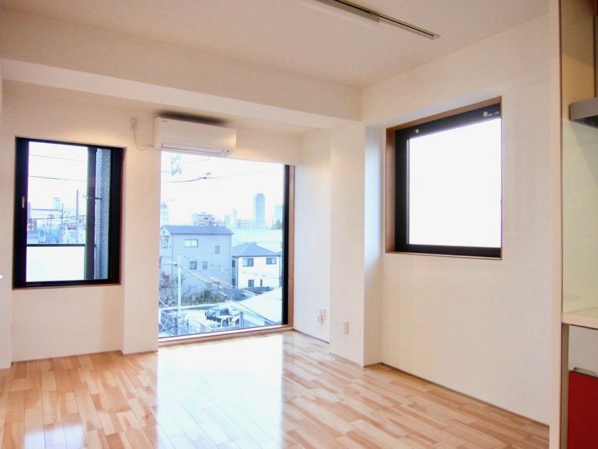 Room: N) AZUR JOSAI 4B  11帖のLDK 窓がたくさんあるお部屋。7