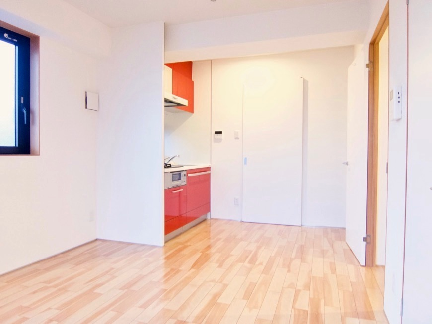 Room: N) AZUR JOSAI 4B  11帖のLDK きれいな「赤いキッチン」空間。9