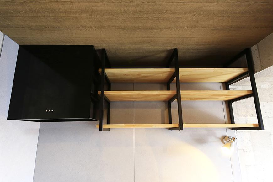 【シャンブルナルカワ】7A号室_キッチン_頭上のレンジフード・収納棚_MG_1017