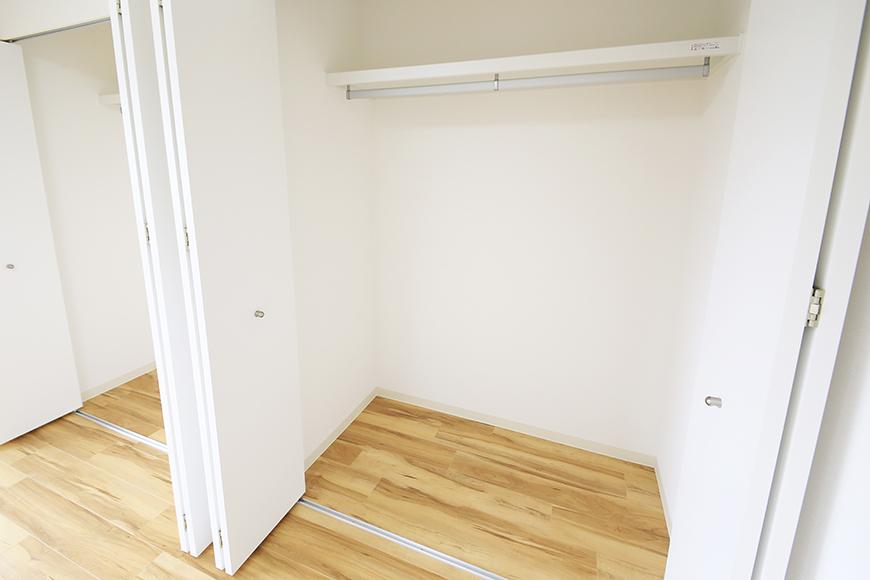 【TOMEI BASE】202号室_ベッドルームの収納_MG_1711
