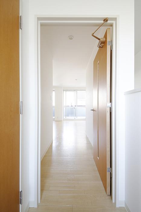 【ガレージハウスCUBE】A1_二階_LDKへのドア_MG_8186