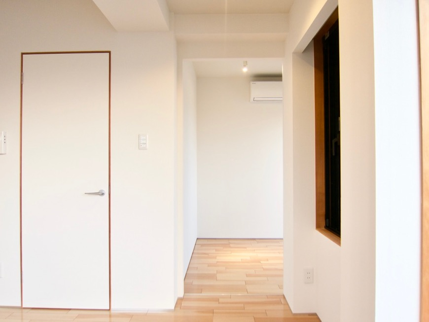 Room) AZUR JOSAI 4B  11帖のLDK 3帖のベットルームへ。32
