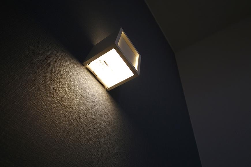 【ガレージハウスCUBE】B2_3階_階段踊り場の照明_MG_0960
