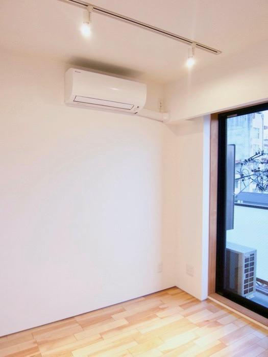 Room: N) AZUR JOSAI 4B  ベットルーム専用エアコン&ダクトレール。5
