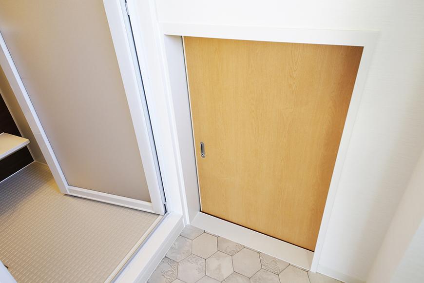 【ガレージハウスCUBE】A1_二階_水周り_階段下収納のドア_MG_8441