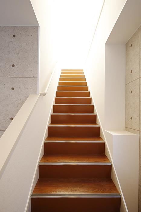 【ガレージハウスCUBE】B2_ガレージから2階への階段_MG_0589