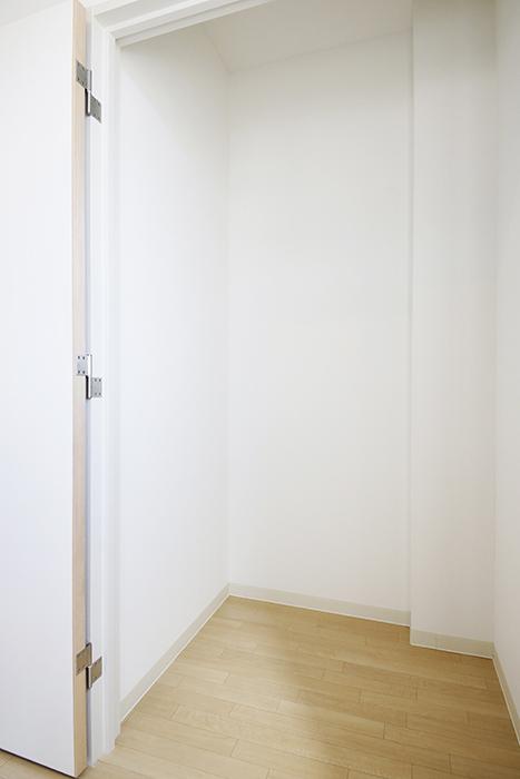 【ガレージハウスCUBE】A1_三階_クローゼット収納_MG_8593