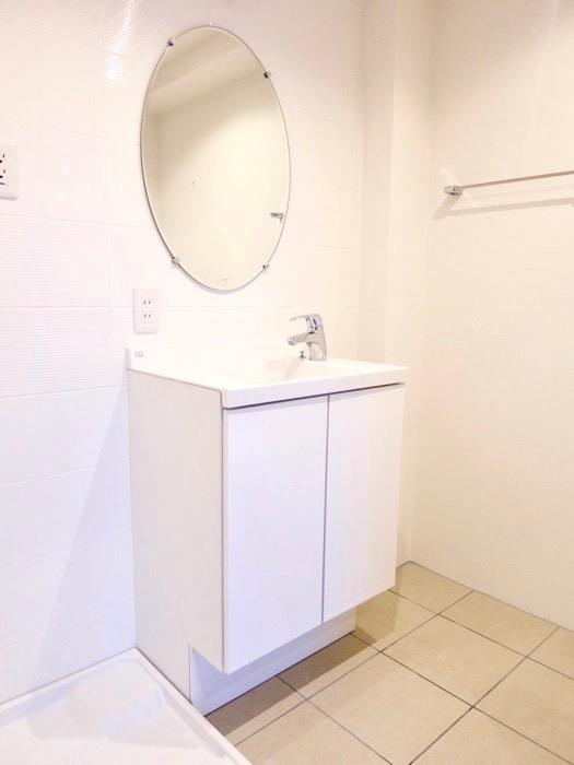 Room: N) AZUR JOSAI 4B  上品な洗面化粧台。1