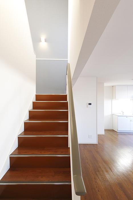 【ガレージハウスCUBE】B2_2階_LDK_3階への階段MG_0804