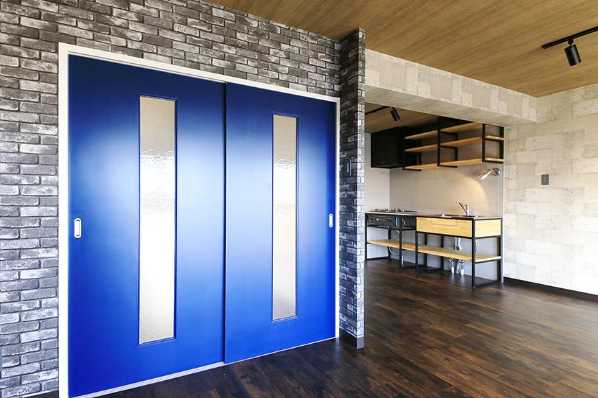【シャンブルナルカワ】7A号室_LDK_洋室へのドアとキッチン_MG_1097