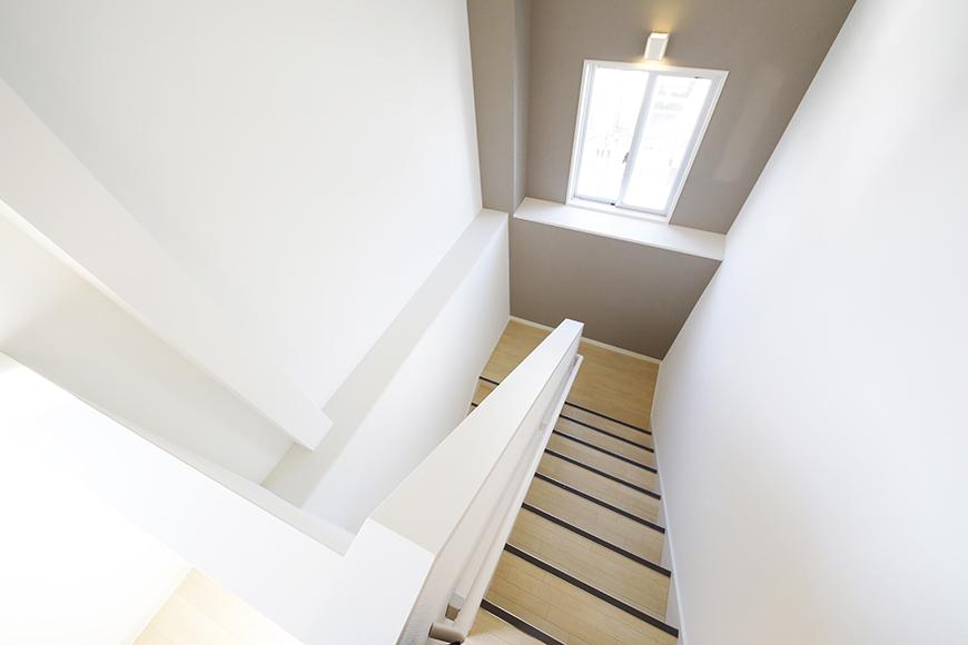 【ガレージハウスCUBE】A1_三階_階段・廊下_MG_8752