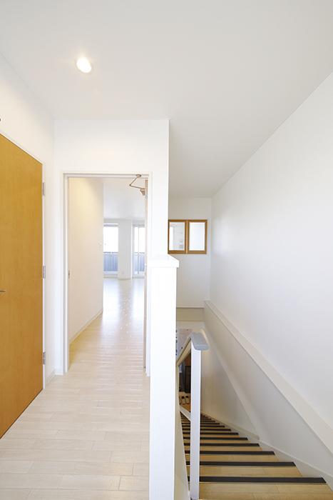 【ガレージハウスCUBE】A1_二階_廊下・階段踊り場_MG_8542