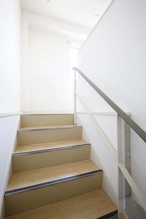 【ガレージハウスCUBE】A1_ガレージ_二階への階段_MG_8164