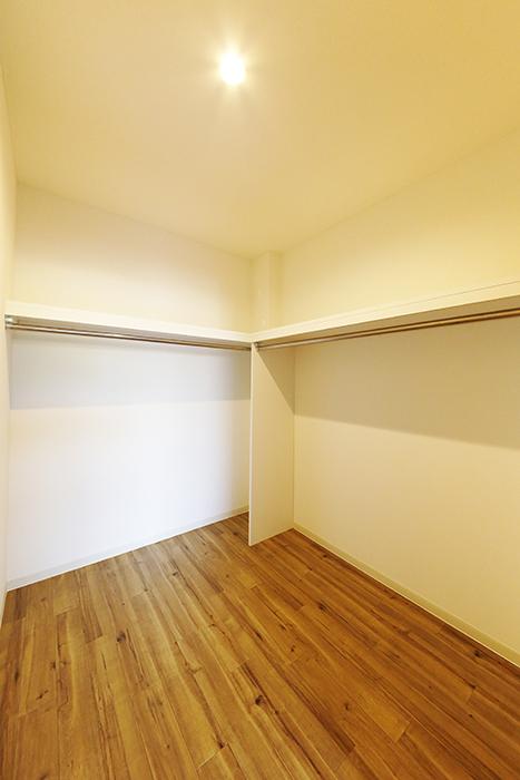 【ガレージハウスCUBE】B2_3階_洋室(8.4帖)_ウォークインクローゼット_MG_0935