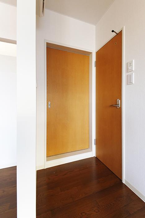 【ガレージハウスCUBE】B2_2階_水周りへのドア_MG_0719