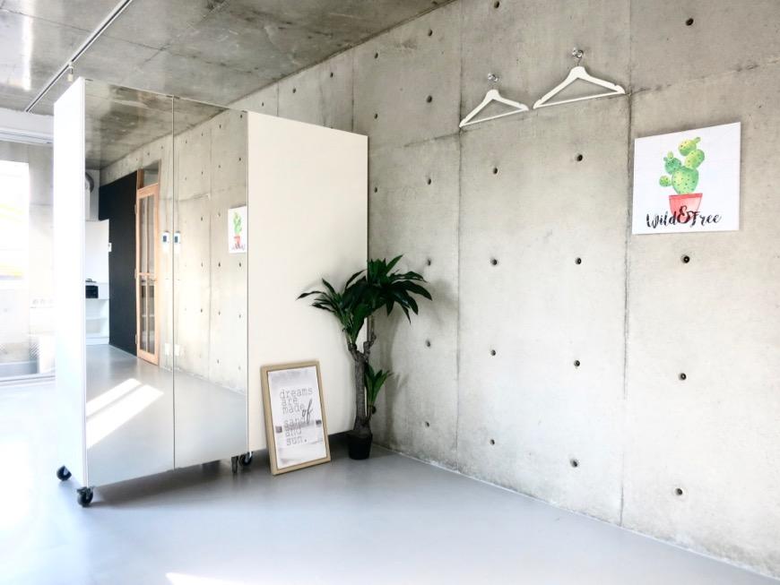 白壁ふたば荘 ディスプレイ可能なコンクリートの壁。お部屋はギャラリー。