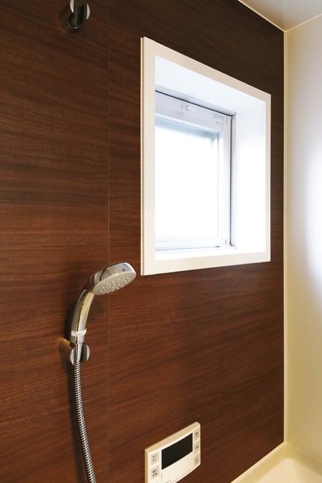 【ガレージハウスCUBE】B2_2階_水周り_バスルームの窓_MG_0794