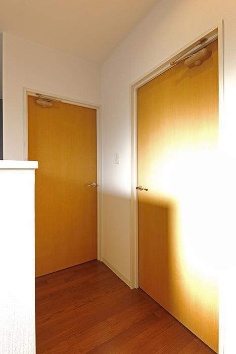 【ガレージハウスCUBE】B2_3階_洋室へのドア_MG_0843