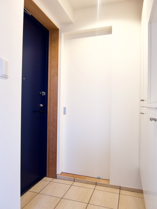 Room) AZUR JOSAI 4B  青い扉がきれいな玄関。20