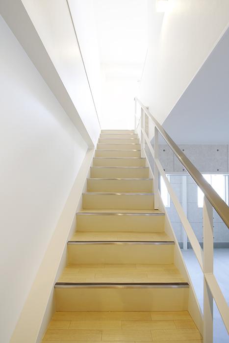【ガレージハウスCUBE】A1_ガレージ_二階への階段_MG_8292