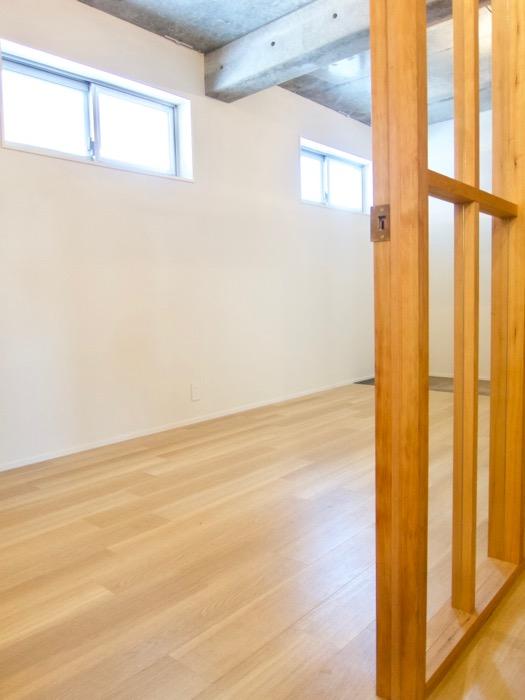 白壁ふたば荘 Atype 玄関から木目床が広がるほっとする部屋。