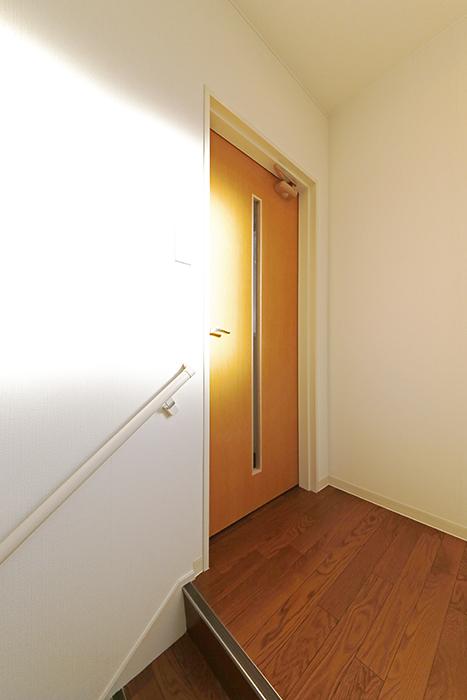 【ガレージハウスCUBE】B2_2階_LDKへのドア_MG_0596