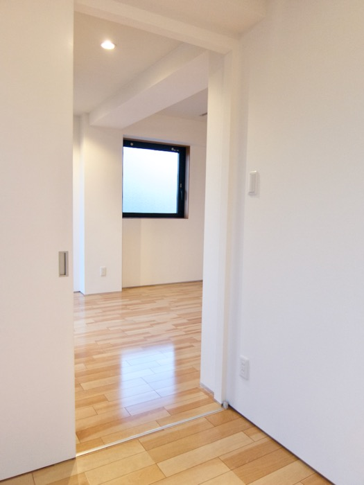 Room: N) AZUR JOSAI 4B  ベットルームからLDKの眺め。6