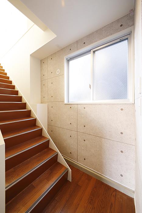 【ガレージハウスCUBE】B2_ガレージから2階への階段_MG_0584