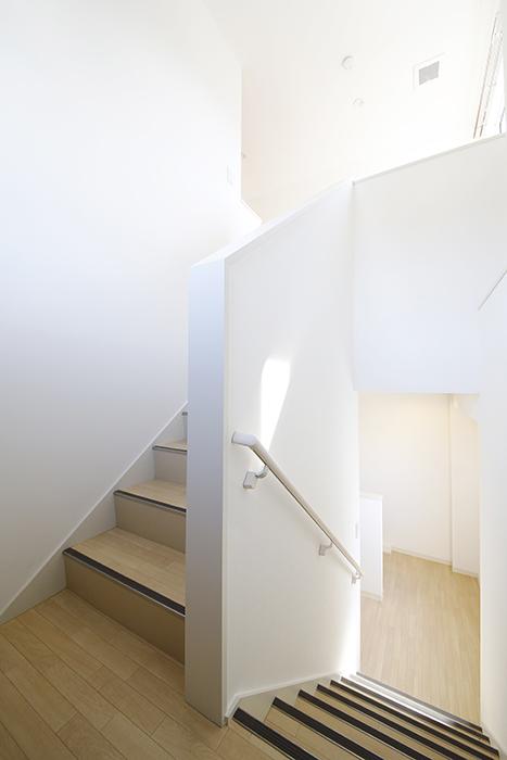 【ガレージハウスCUBE】A1_三階_階段踊り場_MG_8558
