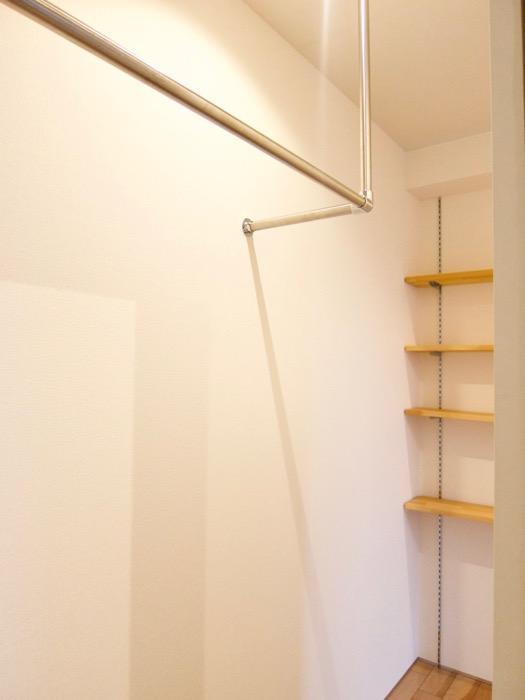 Room) AZUR JOSAI 4B  バーハンガー 付き&可動式シェルフ付きのウォークインクローゼット。。28
