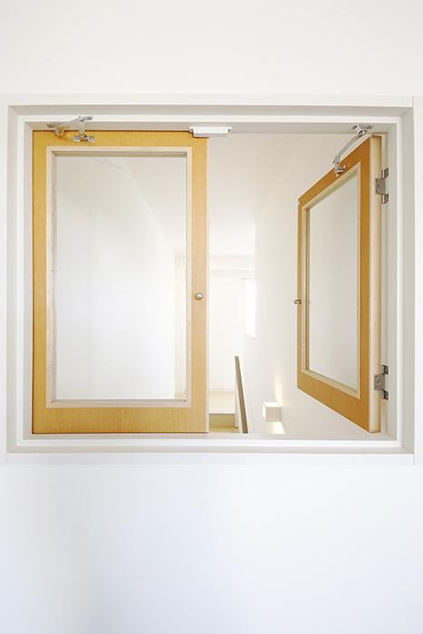 【ガレージハウスCUBE】A1_二階_LDK_階段部の小窓_MG_8511