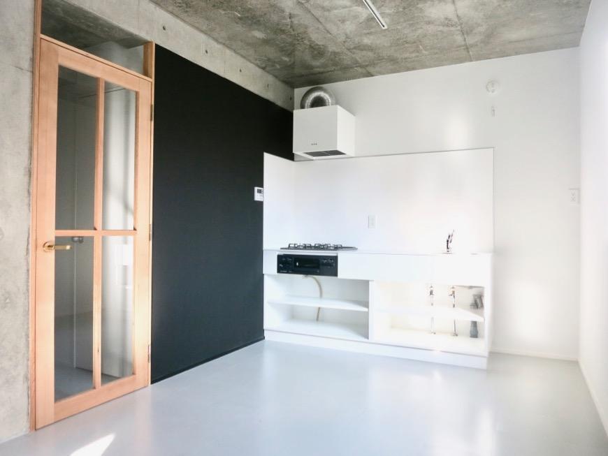 白壁ふたば荘 B,Dtype  木製の扉&黒い壁&白いキッチンがお洒落。