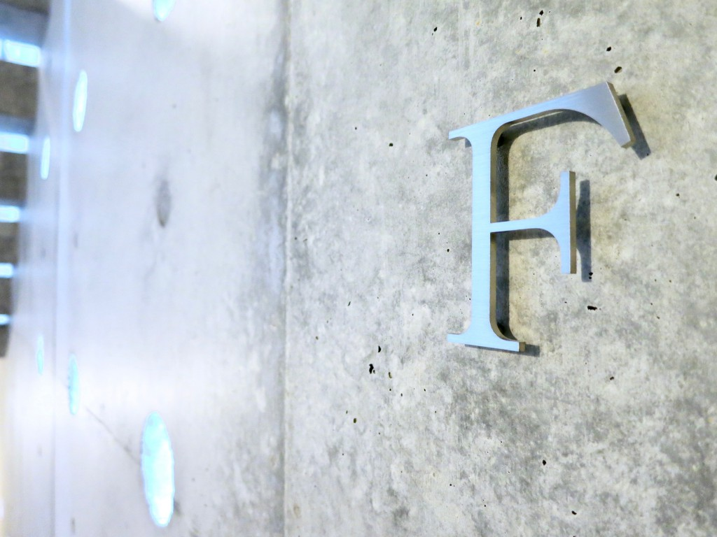 白壁ふたば荘 Dtype F号室 スタイリッシュなルームサイン。