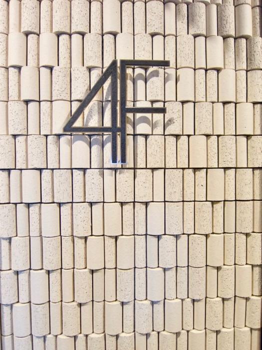 AZUR JOSAI 4B  外観・共用 お洒落なフロアサイン。1