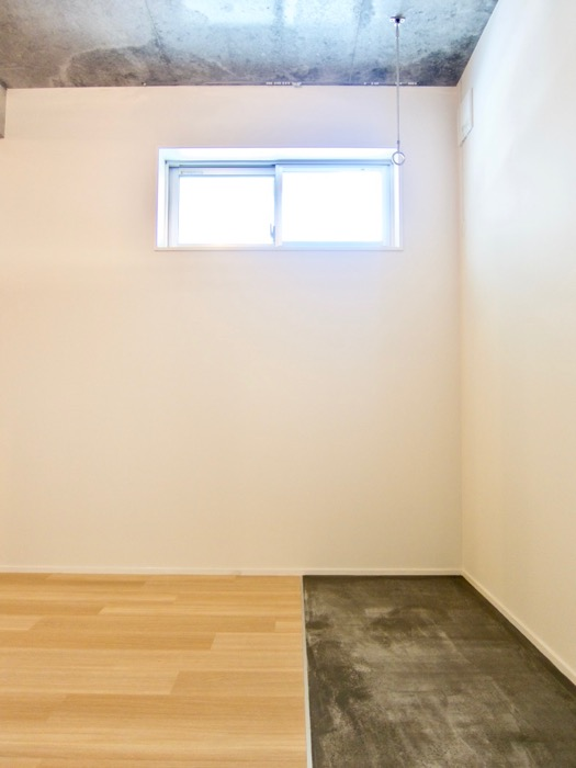 白壁ふたば荘 Atype 窓の位置が高め。隠れ家には最適なお部屋。