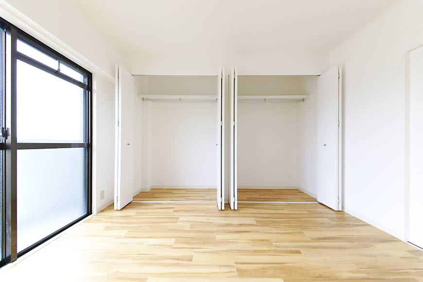 【TOMEI BASE】303号室_LDK_ベッドルームの収納_MG_2161