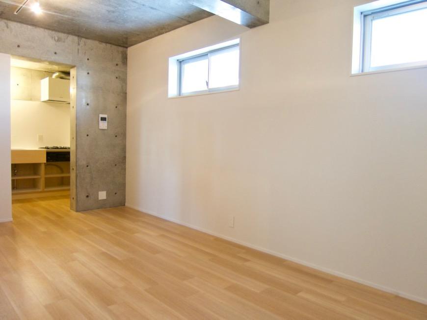 白壁ふたば荘 Atype 木目のフローリング。そして隠れ家的な窓。