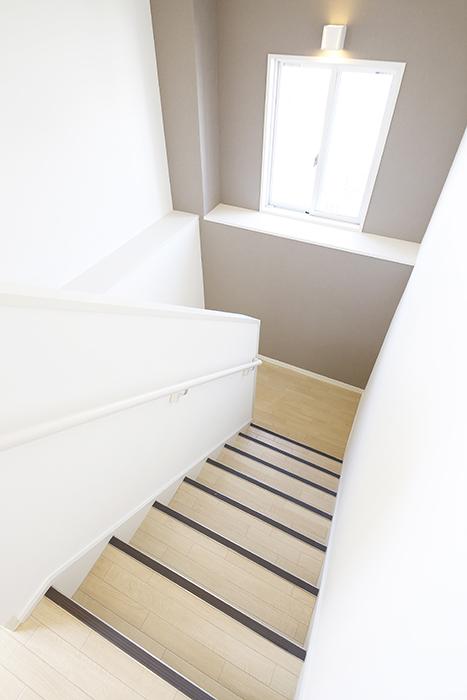【ガレージハウスCUBE】A1_三階_階段踊り場_MG_8573