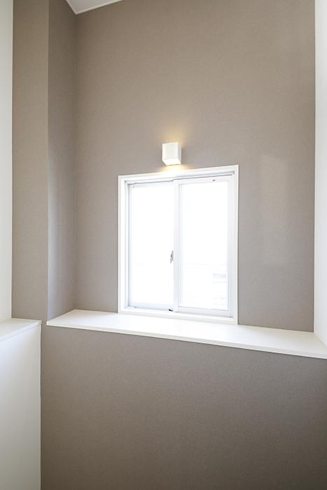 【ガレージハウスCUBE】A1_三階_廊下の窓・照明_MG_8733
