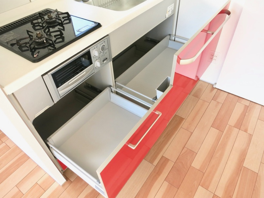 Room) AZUR JOSAI 4B 赤いキッチン台 収納スペース。18