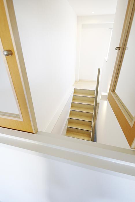 【ガレージハウスCUBE】A1_二階_LDK_階段部の小窓_MG_8514