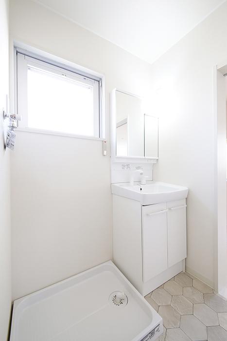【ガレージハウスCUBE】A1_二階_水周り_室内洗濯機置き場・独立洗面台_MG_8378