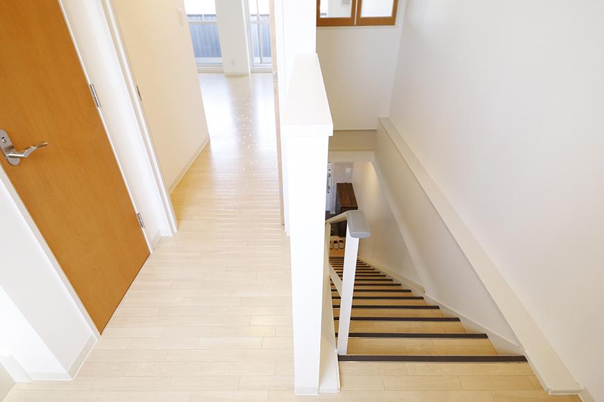 【ガレージハウスCUBE】A1_二階_廊下・階段踊り場_MG_8553